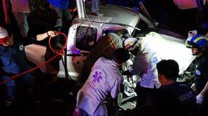 กระบะเสียหลักพุ่งชนสะพานลอย ย่านปทุมธานี เจ็บสาหัส 1 ราย