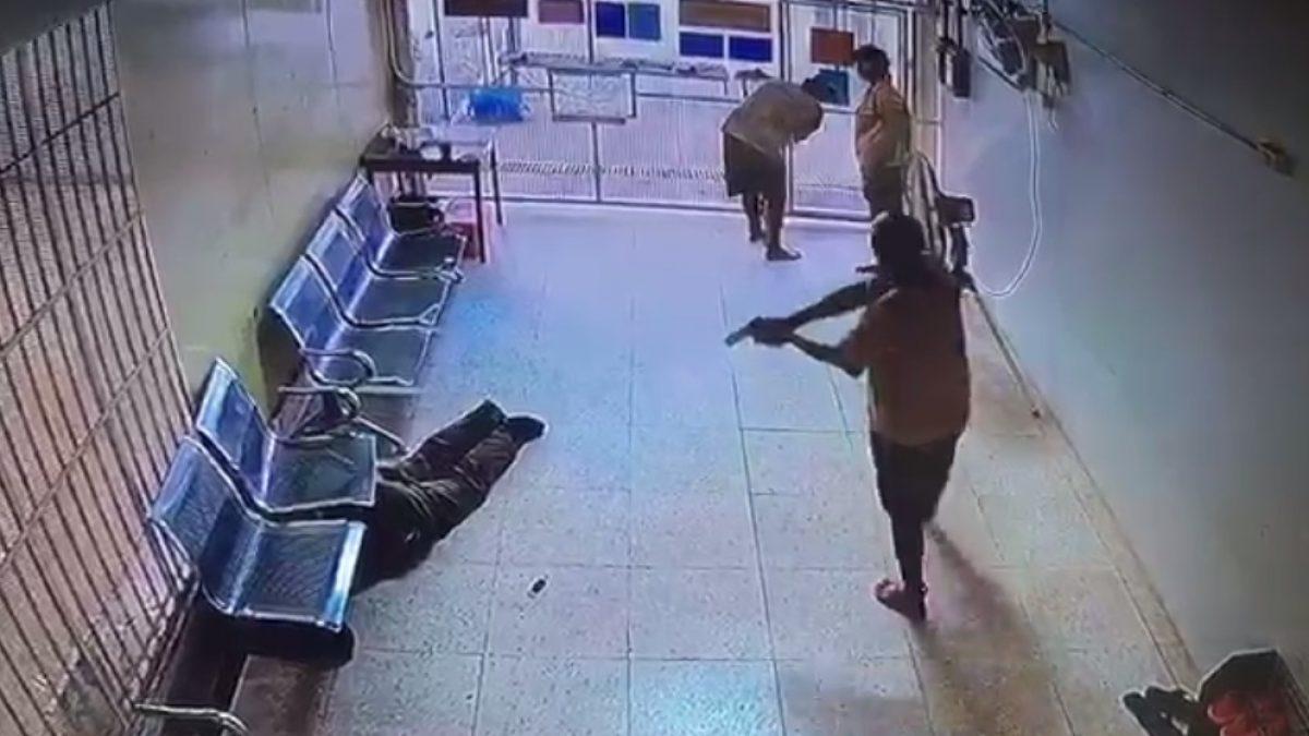CCTV จับภาพ ผู้ต้องหาคดีค้ายาเสพติด ใช้มีดแทงตำรวจสาหัส ก่อนแหกคุกหนี