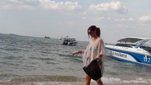 ปรบมือ! แหม่มสาวน้ำใจงาม เดินเก็บขยะหาดพัทยา