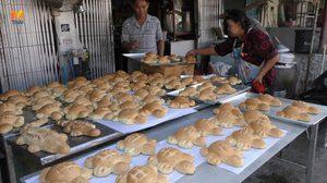 ร้านเบเกอรี่ชัยนาทปลื้ม ออเดอร์สั่งทำ 'กระทงขนมปัง' ล้นมือ