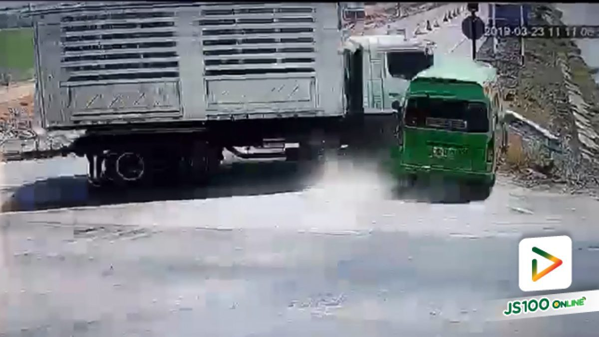 วินาทีรถตู้แรงงานต่างด้าวถูกรถพ่วงชนตกคลองชลประทาน ที่อ.ท่าม่วง จ.กาญจนบุรี