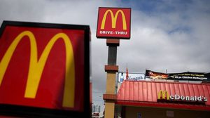 ไปผิดวัน!!  2 โจรถูกจับทันควัน หลังปล้นร้าน McDonald's ที่มีหน่วยรบพิเศษนั่งอยู่