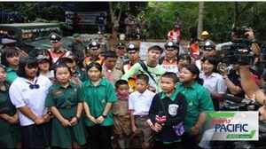 เพื่อนนักเรียน รร.แม่สายประสิทธิ์ศาสตร์ ร้องเพลงให้กำลังใจทีมหมูป่าหน้าถ้ำหลวง