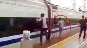 หนุ่มจีนสุดซวย นิ้วมือติดประตูรถไฟหัวจรวดขณะแล่นจากชานชาลา !!
