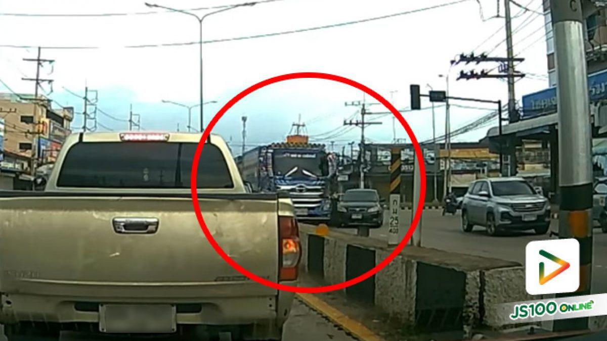 เลี้ยวซ้ายมาแล้วจะออกขวาเลย เกือบโดนรถบรรทุกชนแล้วไง